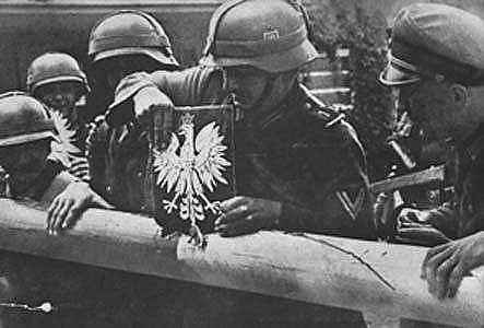 """Granica Polski z Wolnym Miastem Gdańskiem. Żołnierze niemieccy niszczą szlaban graniczny i godło Polski. 1.09.1939. Image credit: Apoloniusz Zawilski (1972) """"Bitwy Polskiego Września"""" (""""Battles of Polish September""""), Warsaw: Nasza Księgarnia"""