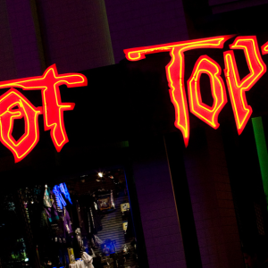 21 Embarrassing Things You Definitely Did During Your Early 2000s Hot Topic Phase