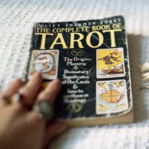 Date A Girl Who Reads Tarot