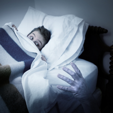 """Seattle Police Investigate """"Ghost"""", Find Woman Under The Bed Clutching A Knife Instead"""