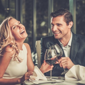 A Dinner Date Guide To Knowing If She Likes You