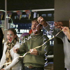 'Happy Endings' Is Back On Our Televisions!