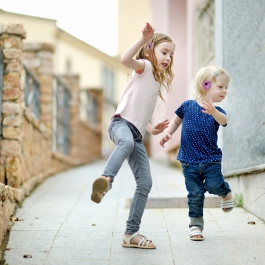7 Brutal Truths About Having An Older Sister That Every Little Sister Endures