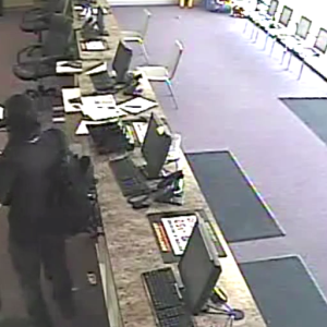 Video: Impressive Armed Robber Takes The Money And Leaves In Less Than 60 Seconds