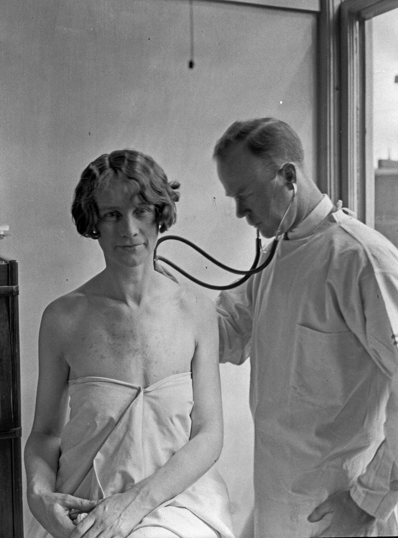 Doctor and patient in City Hospital Tuberculosis Division, 1927  Flickr / Seattle Municipal Archives