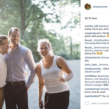 Amy Schumer Just Totally Photobombed A Couple's Engagement Picture, And It's Hilarious