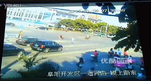 She is then assisted by onlooker in the street | Youku.com