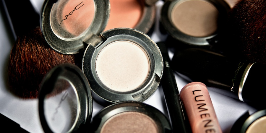 10 Helpful Beauty Tips On How To Pack Your Makeup WhileTraveling