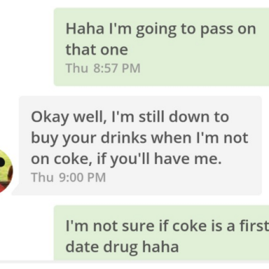 30 Hilariously Bizarre Tinder Convos That'll Make You Swipe Left On The World