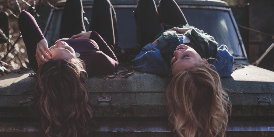 15 Ways A Woman With A Supportive Best Friend Loves Differently