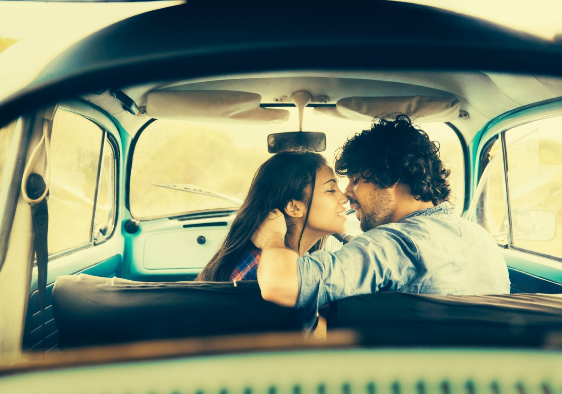istockphoto.com / wundervisuals www.istockphoto.com/photo/couple-kissing-in-vintage-car-g...