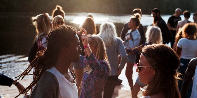 8 Easy Ways To Get People To Notice You (And Like You,Too!)