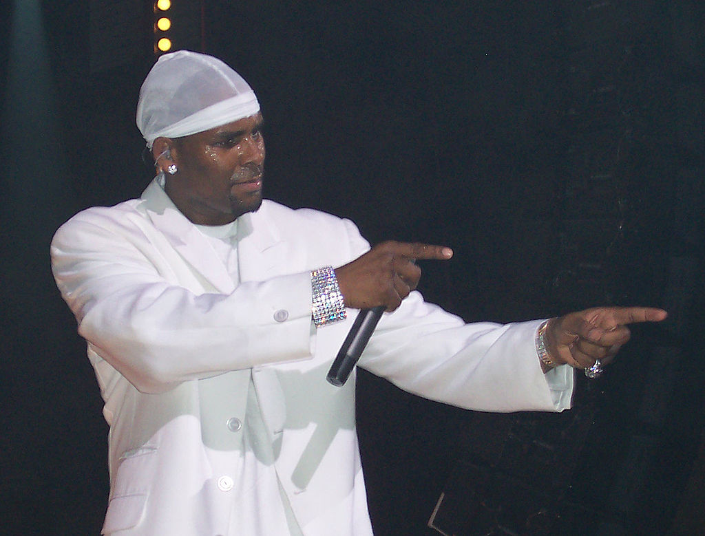 R. Kelly singing in concert wearing all white