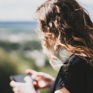 7 Honest Reasons Why She Never Texts You First