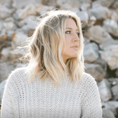 Blonde woman in front of rocks