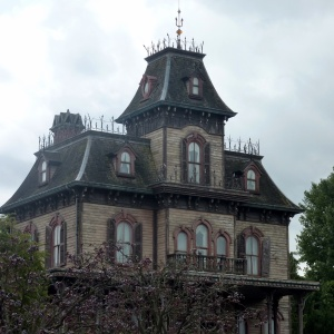 I'm A Real-Estate Agent Who Sells Haunted Houses, And I Wish I Wasn't