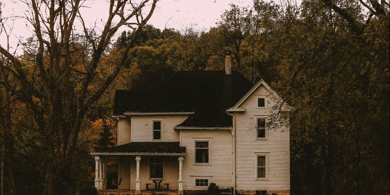 50 True Stories From People Who Have Lived In A HauntedHouse